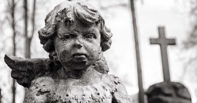 Megszakad a szív! A kezében vitte a temetőbe megölt kisbabája koporsóját az apa