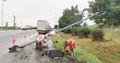 Lámpaoszlopot döntött ki egy kamion Szombathely határában