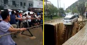 Megnyílt a föld a kocsi alatt, 30 ember segítségével mentették meg – VIDEÓ