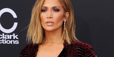 Vajon minek köszönhető? Gyanúsan nagyok Jennifer Lopez mellei - Fotók