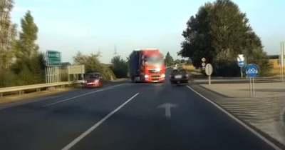 Kivédte a kiszámíthatatlant – Így kerülte el a sofőr a frontális ütközést a 62-esen (videó)