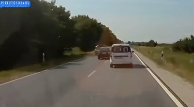 Még a rendőr sem zavarta: majdnem elgázolta a motoros zsarut az ámokfutó terepjárós Halászteleknél – videó