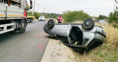 Felborult egy autó, megsérült a sofőr Jáknál