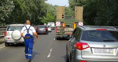 Lelógó csövek okoztak balesetet a szentesi hídon – Fotók