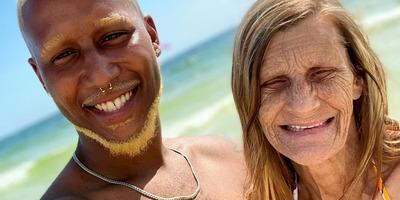 Feleségül vette 37 évvel idősebb szerelmét a fiatal srác: a 61 éves arának már 17 unokája van