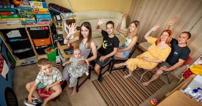 Boldogan élnek nyolcan a bérelt budaörsi panelben