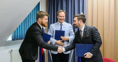 Háromoldalú megállapodást kötöttek Szentgotthárdon a fiatalok megtartása érdekében – fotók