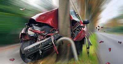Két baleset Mecseknádasdnál: egy autó fának csapódott, egy másik busszal ütközött