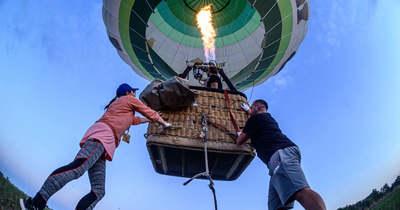 Francia és svájci hőlégballonos repült Koszovó színeiben