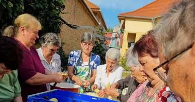 Szerepet cseréltek az idősek és a gondozók