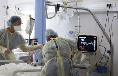 Háromezer egészségügyi dolgozót függesztettek fel Franciaországban