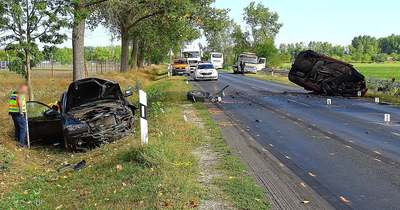 Két személyautó és busz ütközött Ceglédnél, egy ember meghalt