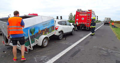 Fékezés nélkül csapódott egy autóba, majd teherautónak lökték