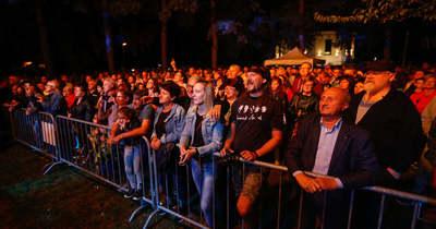 Fesztiválhangulat a Víztorony lábánál, sokan látogattak ki az Ismerős Arcok koncertre – fotók