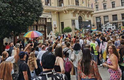 Ellentüntetők között, saját maguknak parádéztak a pécsi Pride résztvevői