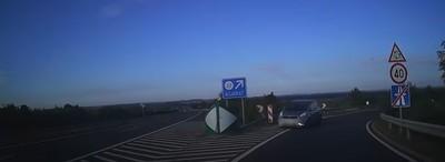 Forgalommal szemben hajtott fel egy nő az M6-os autópályára, gyerek is volt a kocsiban - videó