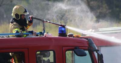 Szalmakupac ég Rábacsanaknál, a tűzoltók nagy erőkkel érkeztek a helyszínre