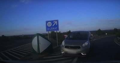 Életveszély! Forgalommal szemben hajtott fel egy nő az autópályára, gyerek is volt a kocsiban (videó)