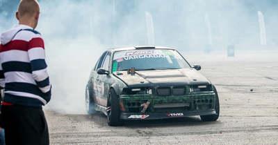 Felbőgő motorok, csikorgó, füstülő gumik