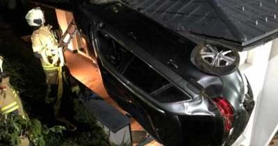 Családi ház első emeleti teraszán landolt autójával egy ittas fiatal Ausztriában – fotók