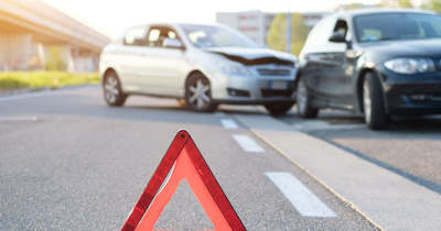 Utoléréses baleset az M5-ösön: egy kocsi a szalagkorlátnak ütközött