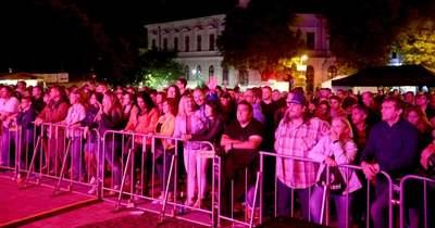 Esténként megtelt a Béla király tér, ezrek jöttek a koncertekre