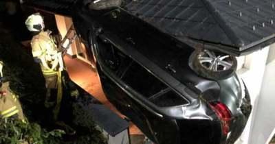 Egy családi ház teraszán landolt az autójával az ittas fiatal Ausztriában – fotók