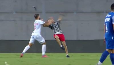 Kiállította a bíró a focistát, aki leütött egy a pályára futó és a csapattársát megütő szurkolót - videó