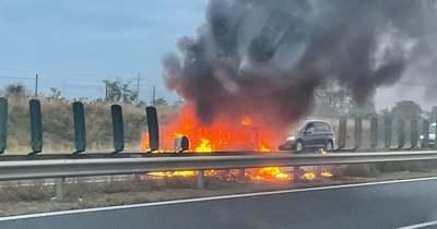 Kigyulladt egy autó az M1-esen – Fotók