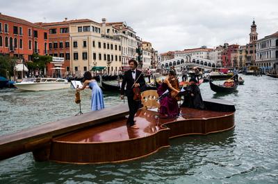 Hatalmas úszó hegedűn koncerteztek Velencében - képek