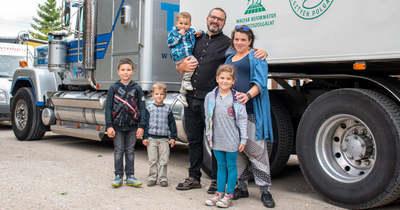 Újabb adományokkal teli holland kamion érkezett Tiszaderzsre