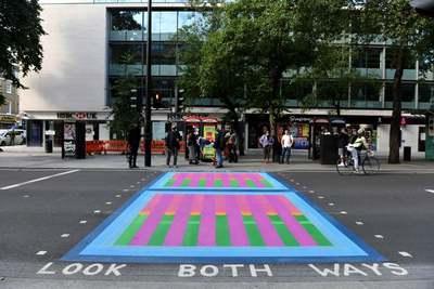 Rikító színű zebrákat festettek fel Londonban