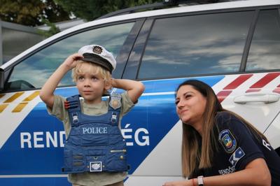 Meglepték az ünnepeltet a siófoki rendőrök