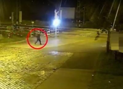 Így törölte meg a fűben a gyilkosság után a véres kést Budapesten a vasúti átjáró mellett – megrázó videó