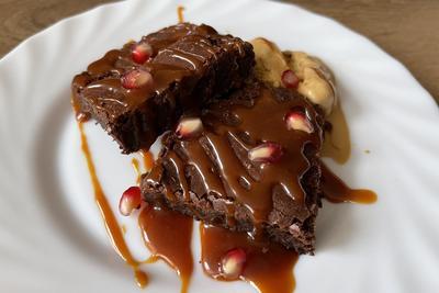 RECEPT: Brownie - Házi karamellszósszal