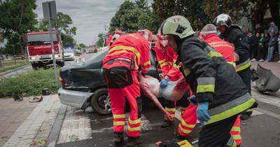 Ütős baleset-szimuláció szegezte az iskola elé a diákokat Tiszaföldváron