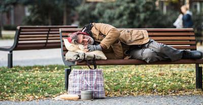 Segíteni próbáltak a hajléktalannak – nem tudták, hogy a vesztükbe rohannak