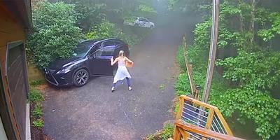 A nő csak almát akart pakolni a kocsijába, aztán meglátott valamit, és jött a velőtrázó sikítás - videó