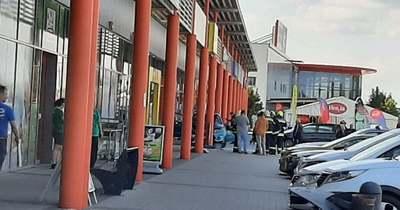 Az oszlopok állítottak meg egy autót Győrben a Family Centernél