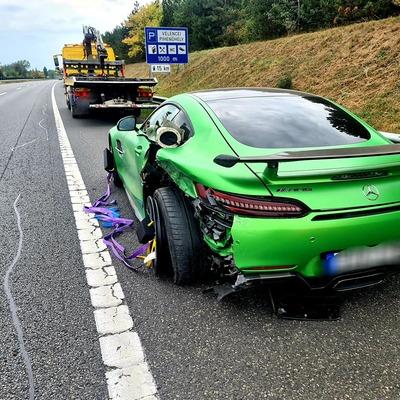 Hihetetlenül ritka Mercedest törtek össze az M7-esen, csak a fényezése milliókba kerül - fotók