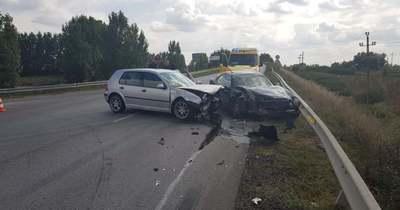 Két autó csapódott egymásnak Füzesabonyban – Fotók