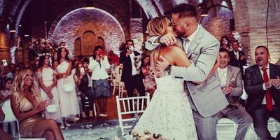 Újabb videók kerültek elő Majkáék esküvőjéről: a menyasszony és Ördög Nóra is az asztalon táncolt - Videó