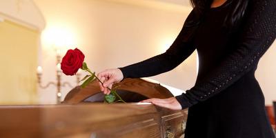 """""""Te egy kamu k*rva vagy"""" - Botrány a temetésen: kiborult az elhunyt lány testvére - Videó"""