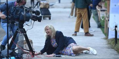 Élő adásban rántotta földre egy vakvezető kutya a riportert - videó
