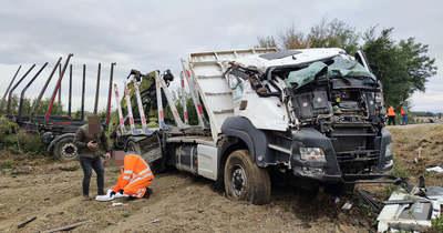 Teljesen összetört a felborult kamion Vasszécseny közelében
