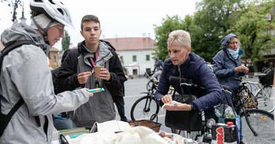 Reggelivel várták a bringásokat Egerben (fotók)