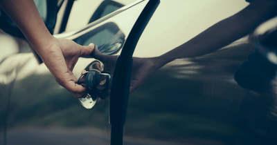 Bedrogozva, jogsi nélkül lopott el egy autót egy békési tinédzser