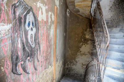 A poloskák miatt a folyosón szexelnek a józsefvárosi halálházban