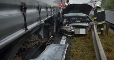 Durva fotók: szalagkorlátnak nyomta a kamion az autót az M1-esen