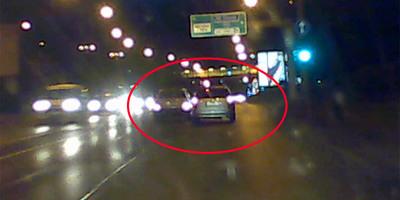 Videón, ahogy egy autós szándékosan, ok nélkül nekiment egy másiknak Budapesten